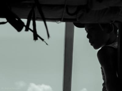 um garoto no barco....