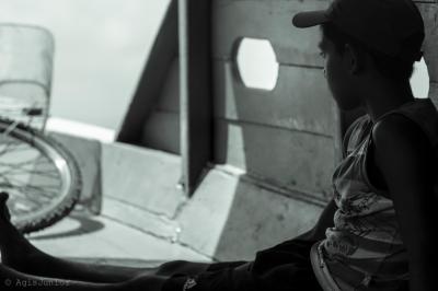 um garoto no barco