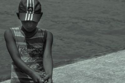 um garoto no barco...